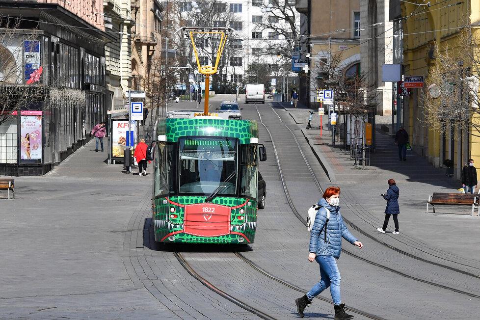 V Brně nosí roušky i dvě tramvaje! Jmenují se draci a jsou symbolem, že Brňané drží při sobě.