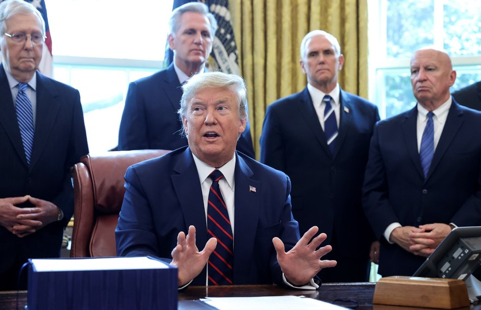 Americký prezident Donald Trump a podpis balíku pomoci na boj s koronavirem (27. 3. 2020)