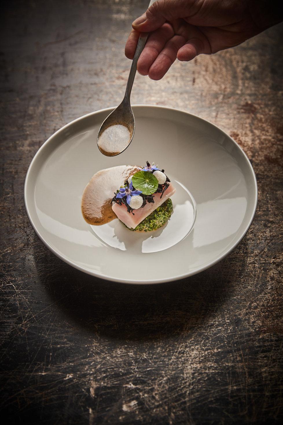 Pokrmy z restaurace Radka Kašpárka: Jeseter se zelím, stroček, brokolice