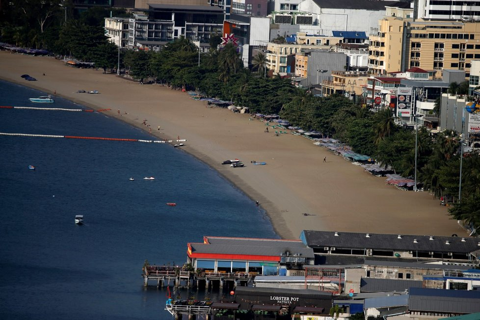 Liduprázdná pláž v thajském letovisku Pattaya (29. 3. 2020)
