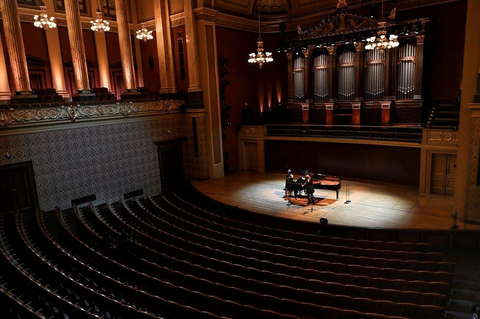 Kvůli zákazu pořádání kulturních a dalších akcí zahráli filharmonici před prázdným sálem Rudolfina. Benefiční koncert vynesl 4 a půl milionu korun.