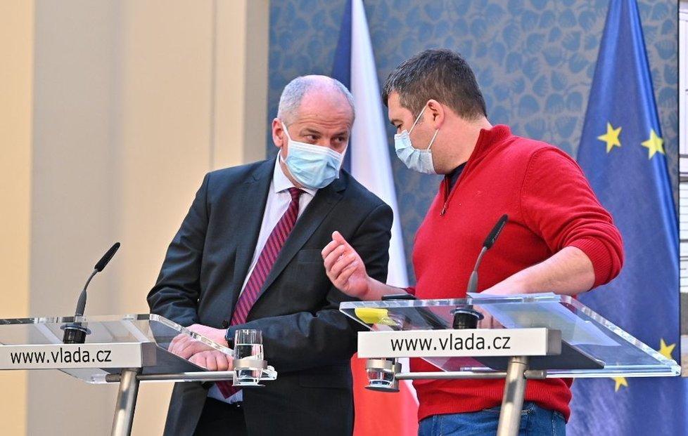 Roman Prymula a Jan Hamáček s rouškou na tiskovce na Úřadu vlády (17.3.2020)