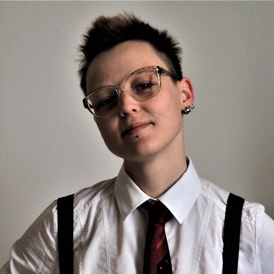 S krátkými vlasy a kravatou.