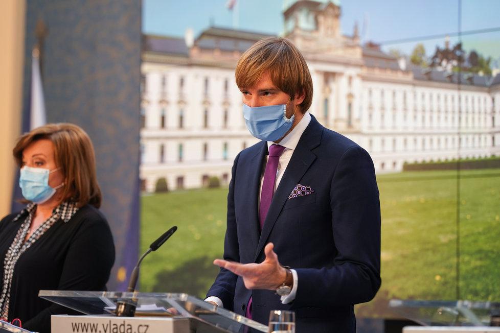 Adam Vojtěch v roušce na tiskovce po jednání vlády, vlevo Alena Schillerová