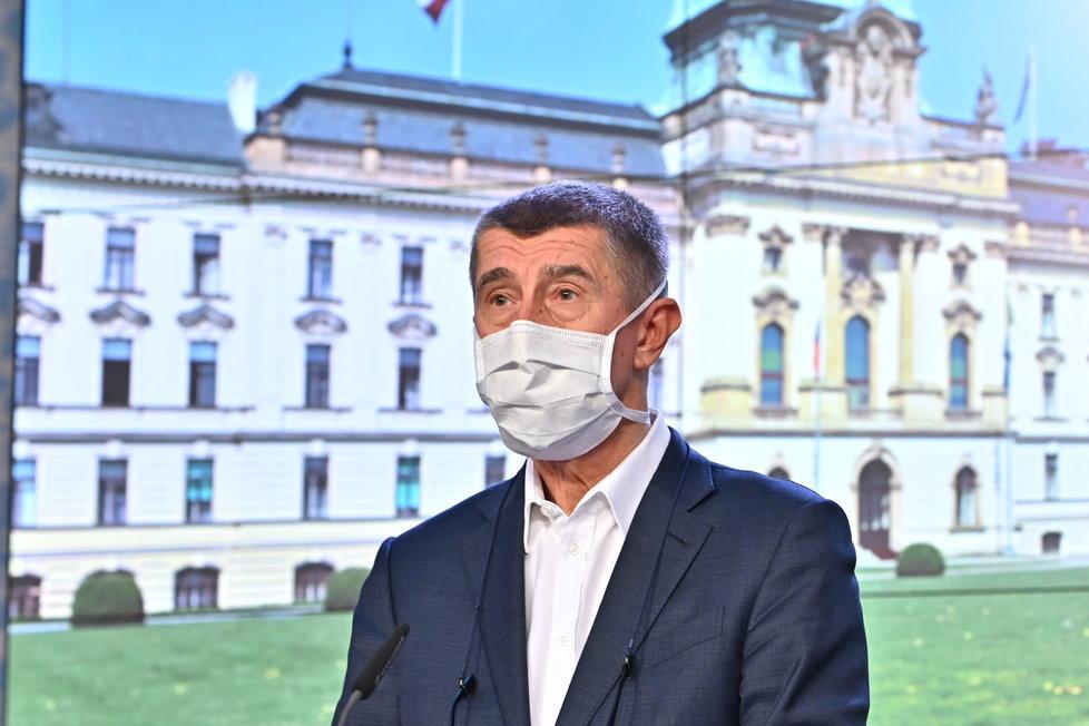 Andrej Babiš v roušce na tiskovce po jednání vlády