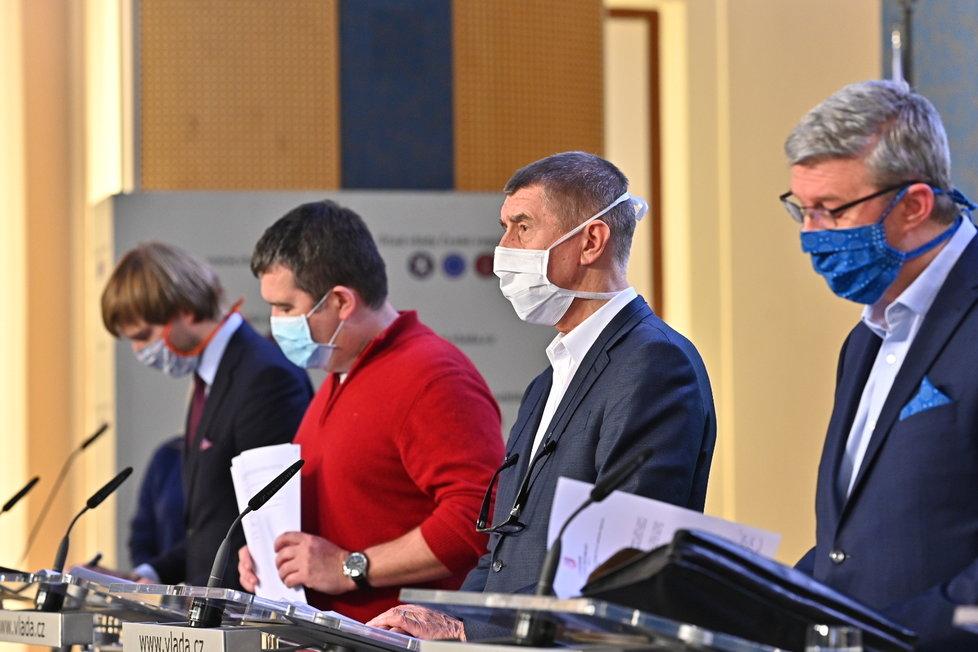 Adam Vojtěch, Jan Hamáček, Andrej Babiš a Karel Havlíček v rouškách na tiskovce po jednání vlády