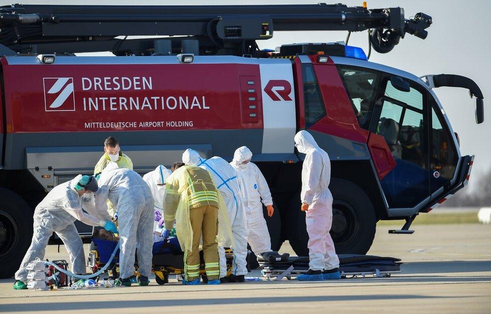 Německo přijímá pacienty ve vážném stavu z jiných zemí. Do Drážďan přivezli nemocné z Francie.