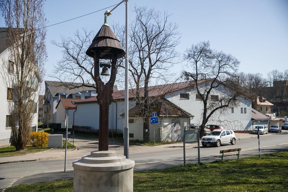 Zvonička se nachází na bývalé hrdlořezské návsi. Jde o jeden z mála pozůstatků toho, jak náves kdysi vypadala - oproti dnešním dnům se zde například nacházel rozložitý rybník.