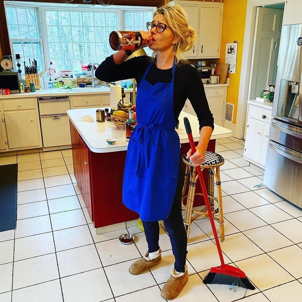7. den: Se vším tím vařením a uklízením mamča potřebuje svou whiskey.