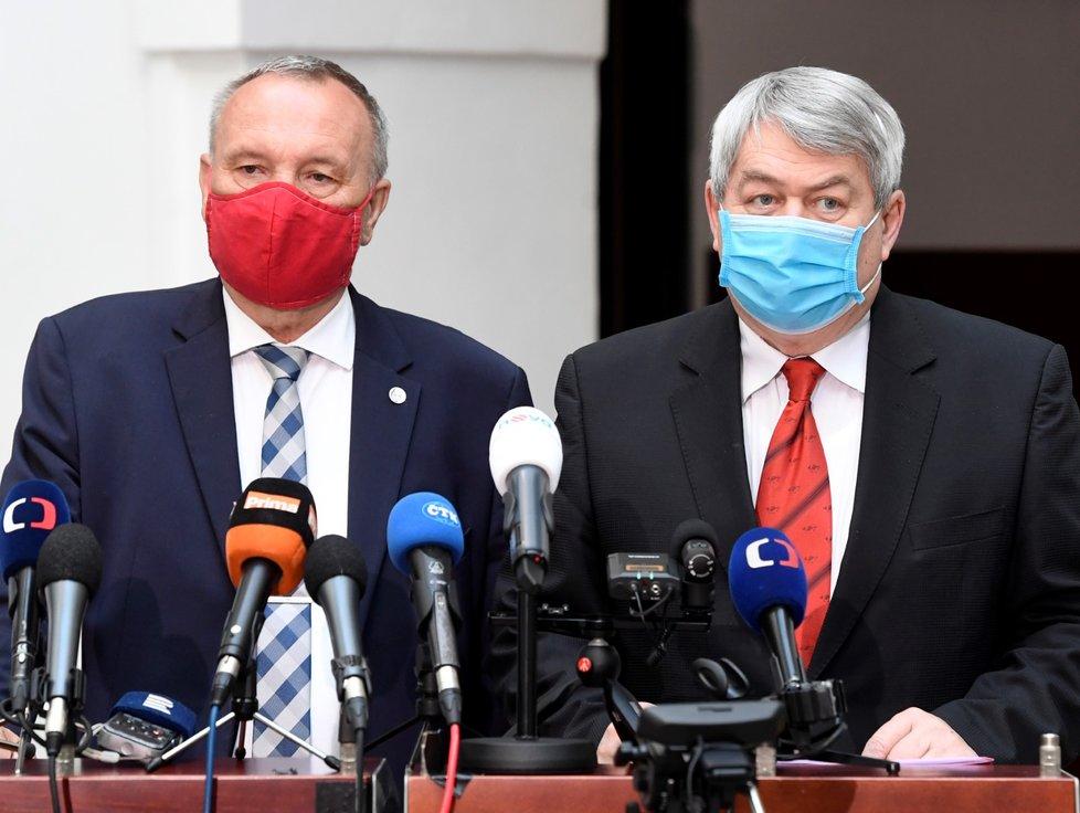 Zleva šéf poslanců KSČM Pavel Kováčik a předseda strany Vojtěch Filip na zasedání Sněmovny v době koronavirové krize (7.4.2020)
