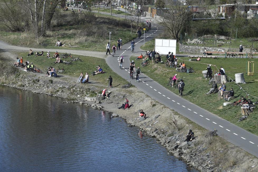 Česko v době koronavirové: Lidé z Prahy a okolí využili 11. dubna 2020 pěkné počasí k rekreaci u břehů Vltavy na Zbraslavi.