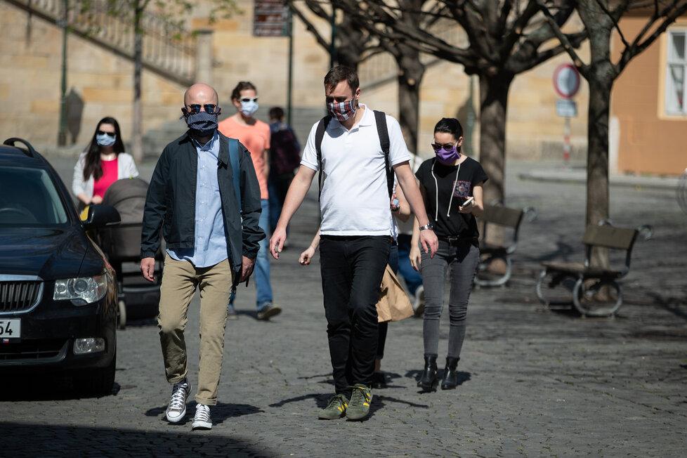 Koronavirus v Česku: Lidé v Praze vyrazili za pěkného počasí do ulic (11. 4. 2020).