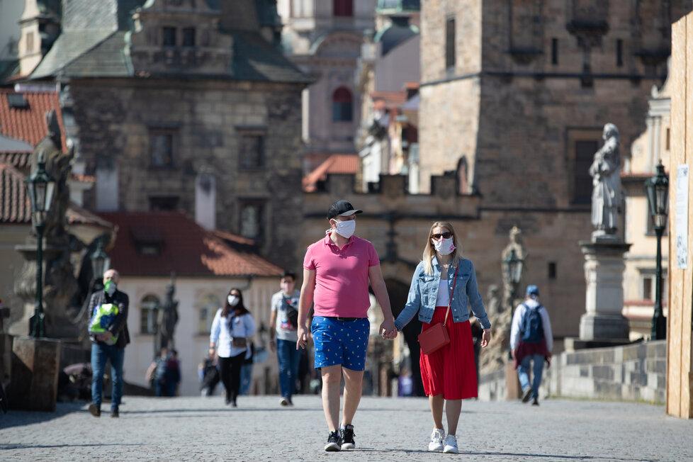 Koronavirus v Česku: Lidé v Praze vyrazili za pěkného počasí do ulic (11.4.2020)