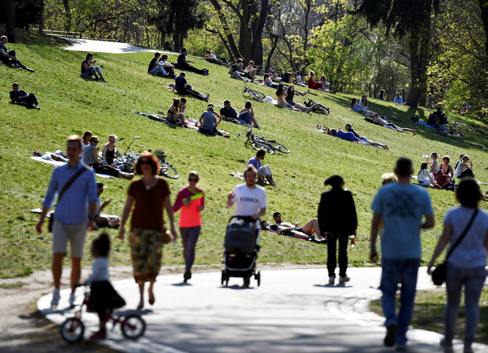 Procházky a shluky lidí koronaviru navzdory. Němci vyrazili během velikonoční neděle v Berlíně do parků (12.4.2020)