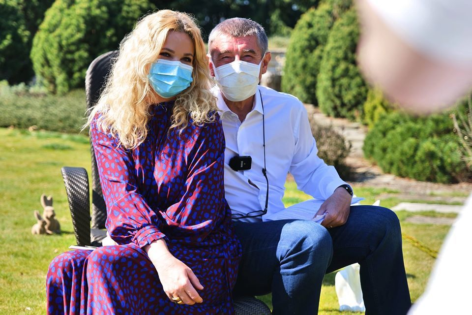 Velikonoce u Babišův: Andrej Babiš s manželkou Monikou v rouškách (12.4.2020)