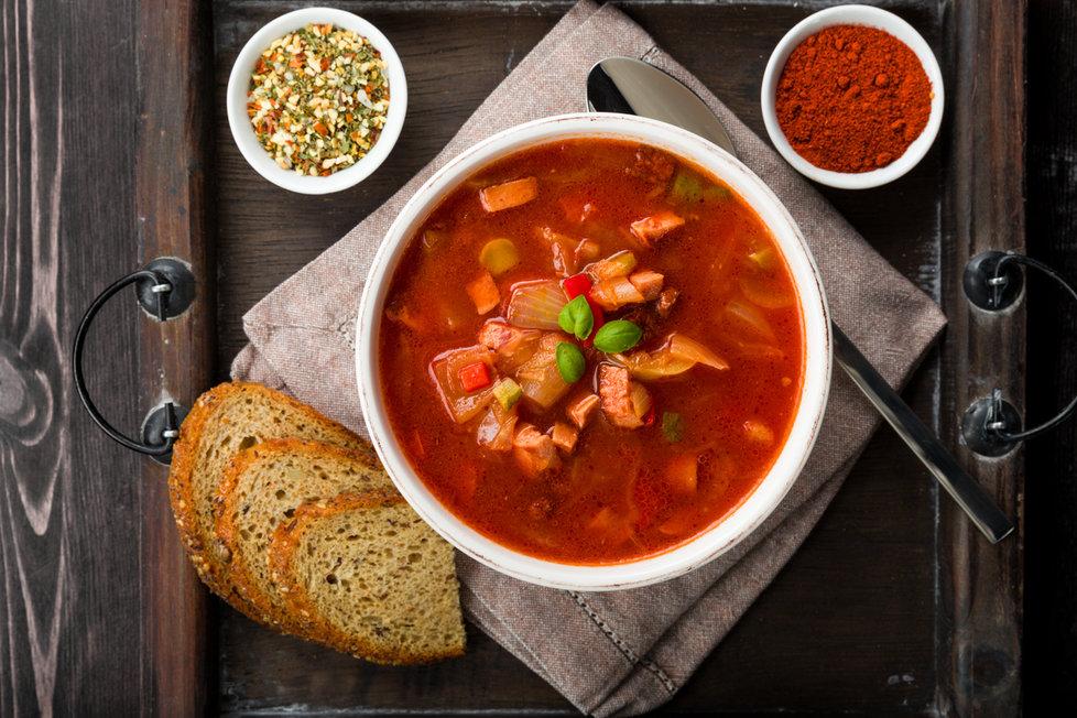 Přidejte do polévky se zelím také drcená rajčata a máte rázem zcela odlišný pokrm!