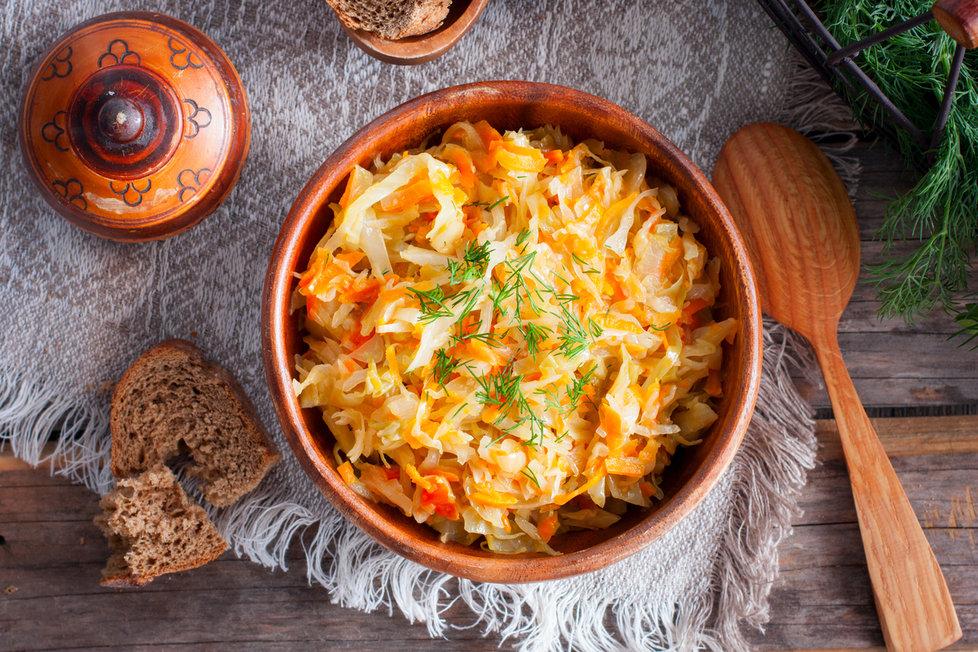 Připravte si jako přílohu salát z kysaného zelí, jablka, cibule a mrkve a dochuťte pouze solí, pepřem a olejem.