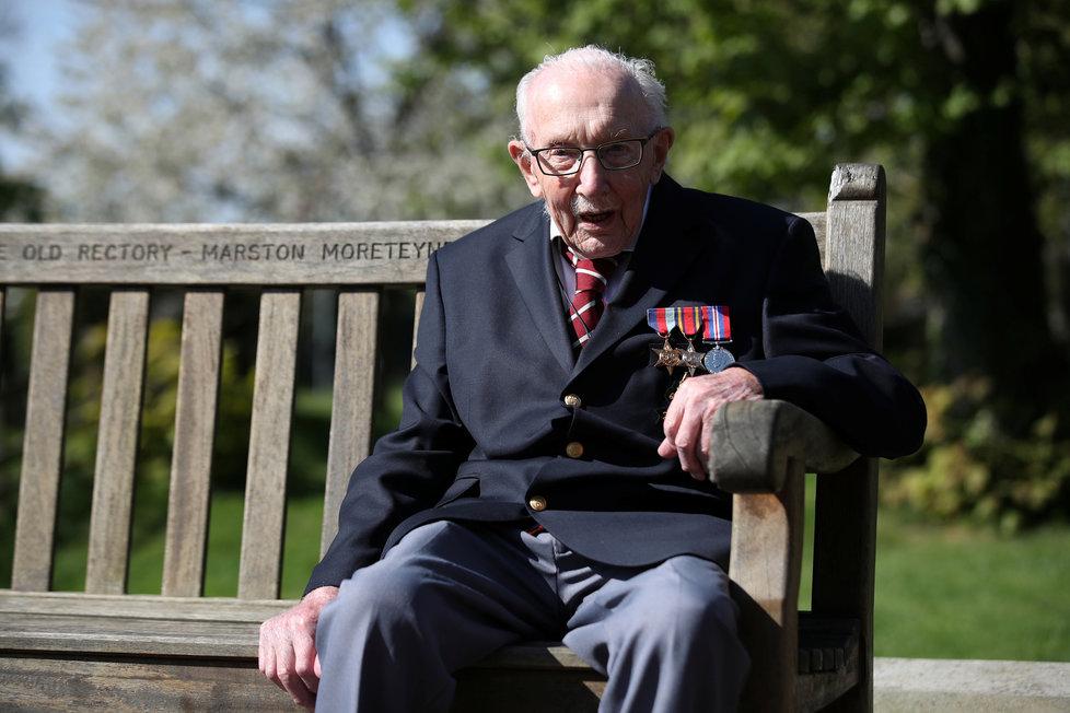 Válečný hrdina Tom Moore (99) vybral pro zdravotníky několik milionů korun tím, že chodil po zahradě. Dal si za úkol přejít ji 100x, na jeho finiš dohlížela čestná stráž, (16.04.2020).