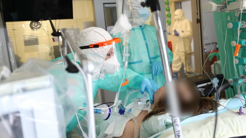 Nemocnice Motol natočila video, jak to vypadá na jednotce COVID pro ventilované pacienty.