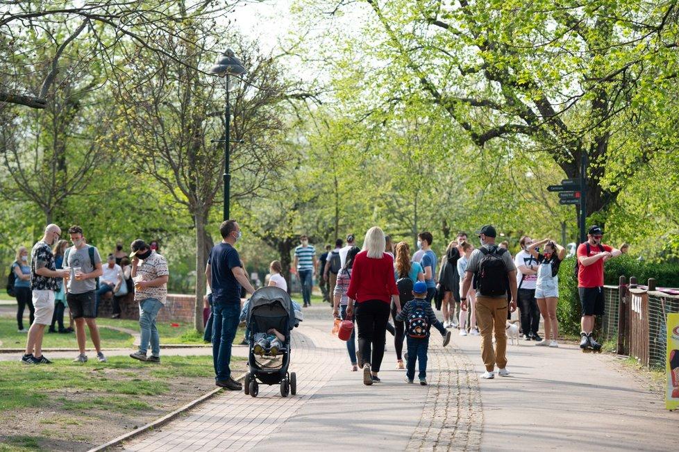 Teplý jarní den v době boje s koronavirem v Česku (18. 4. 2020)