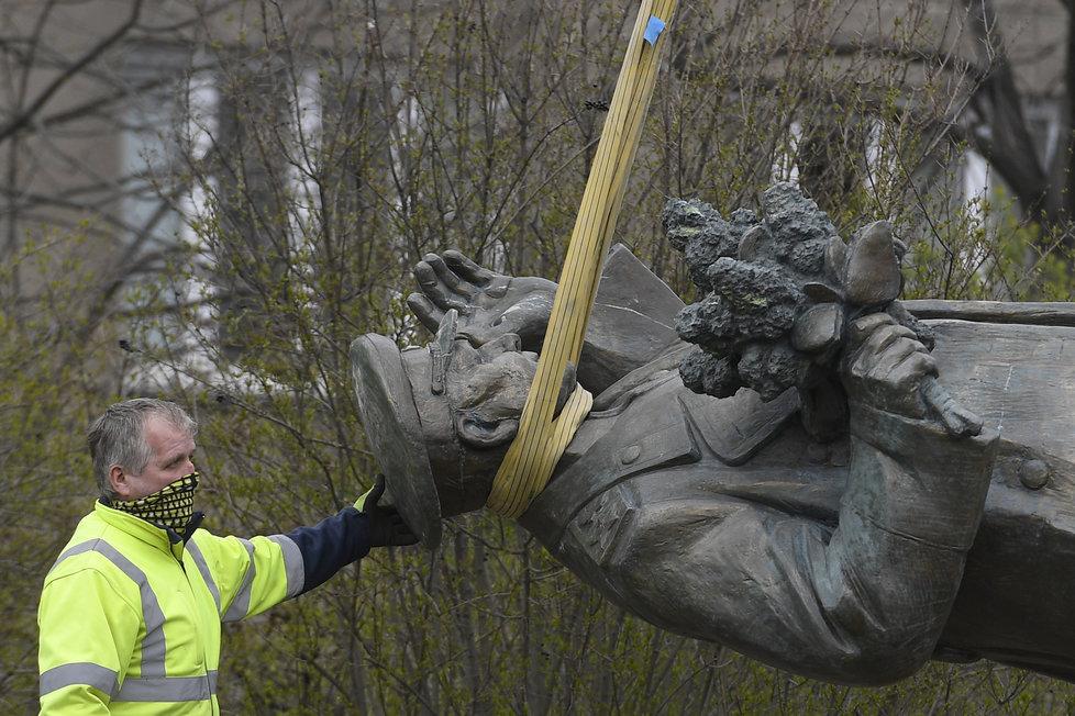 Radnice Prahy 6 odstranila sochu Koněva v pátek 3. dubna.