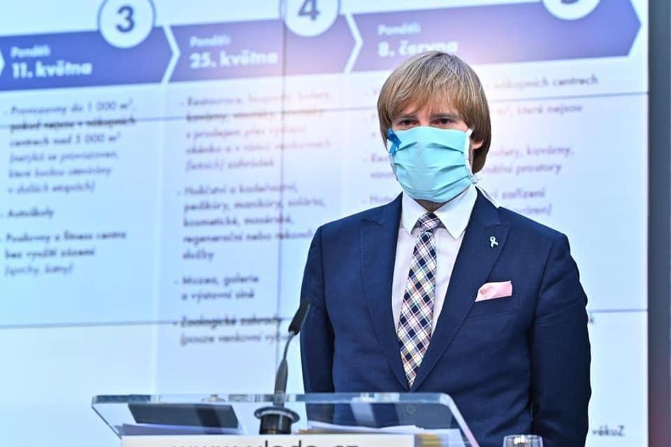 Ministr zdravotnictví Adam Vojtěch (za ANO) s rouškou