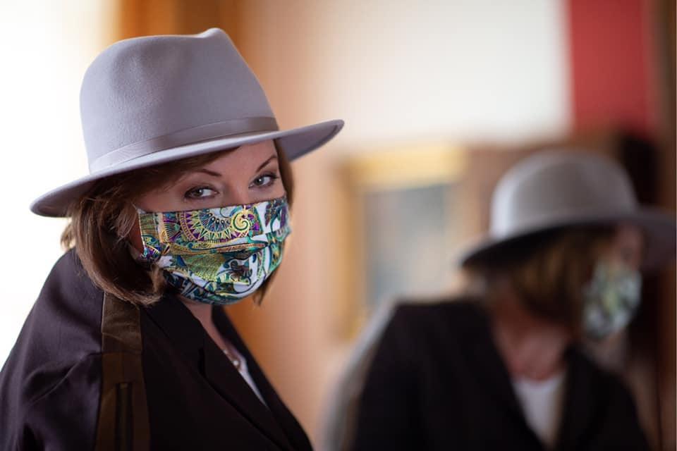 Vicepremiérka a ministryně financí Alena Schillerová (za ANO) v roušce a klobouku