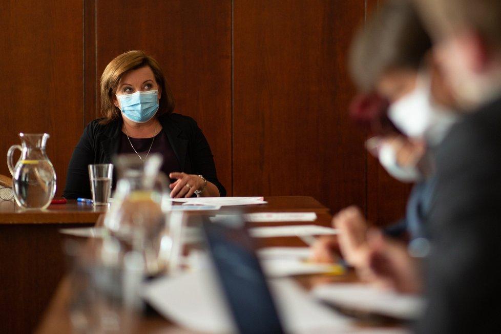 Vicepremiérka a ministryně financí Alena Schillerová (za ANO) v roušce