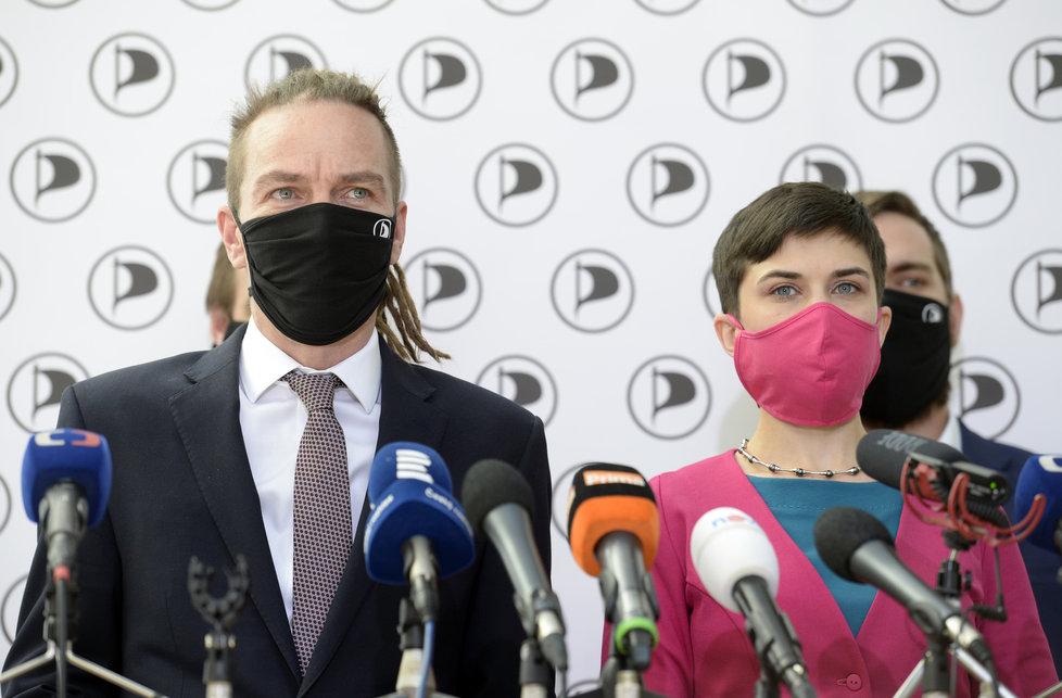 Sněmovna o koronaviru: Ivan Bartoš a Olga Richterová na tiskovce Pirátů (21.4.2020)