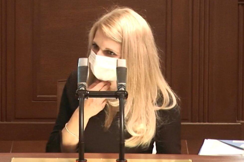 Sněmovna o koronaviru: Okamurova poslankyně Šafránková u konce s dechem kvůli roušce (21.4.2020)