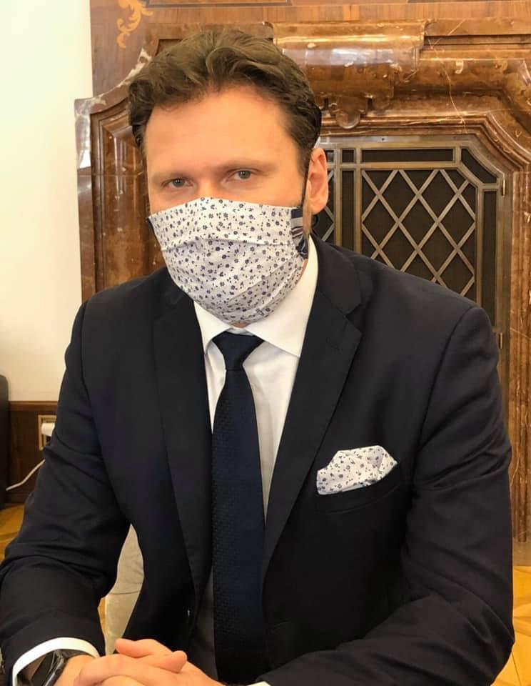 Předseda Poslanecké sněmovny Radek Vondráček (ANO) se pod rouškou neholí. Prý tak chce vydržet do doby, než skončí nouzový stav.