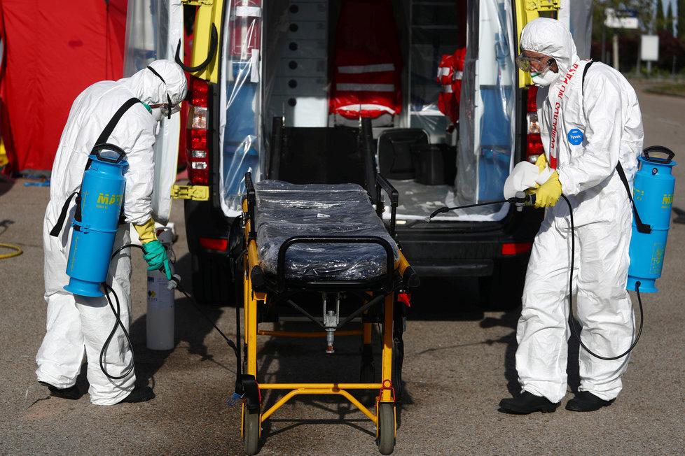 Koronavirus ve Španělsku: Záchranáři pečlivě dezinfikují svoje sanitky, (22.04.2020).