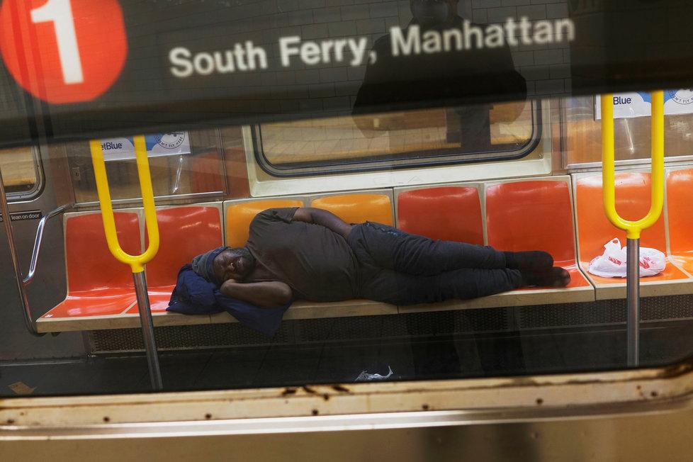 V době koronaviru mají newyorští bezdomovci metro skoro jen sami pro sebe, (22.04.2020).