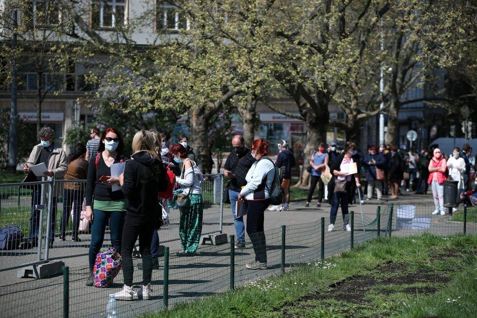 Odběrové místo na náměstí Míru v Praze (23. 4.)