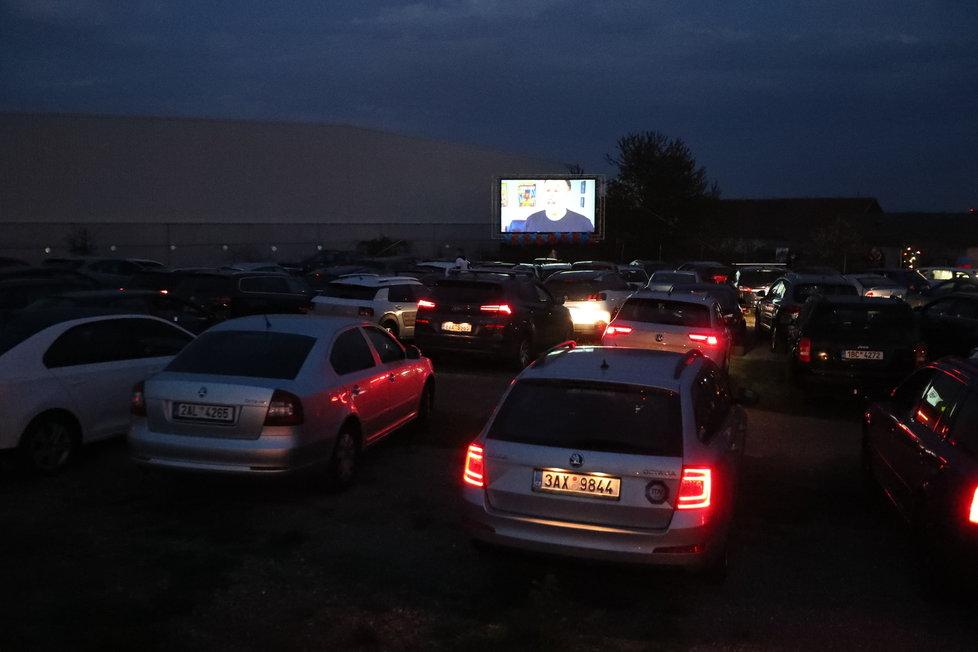 Autokino u letiště Václava Havla v Praze: Promítá 24., 25., i 26. dubna. O sledování filmu v autě se těší velikému zájmu.