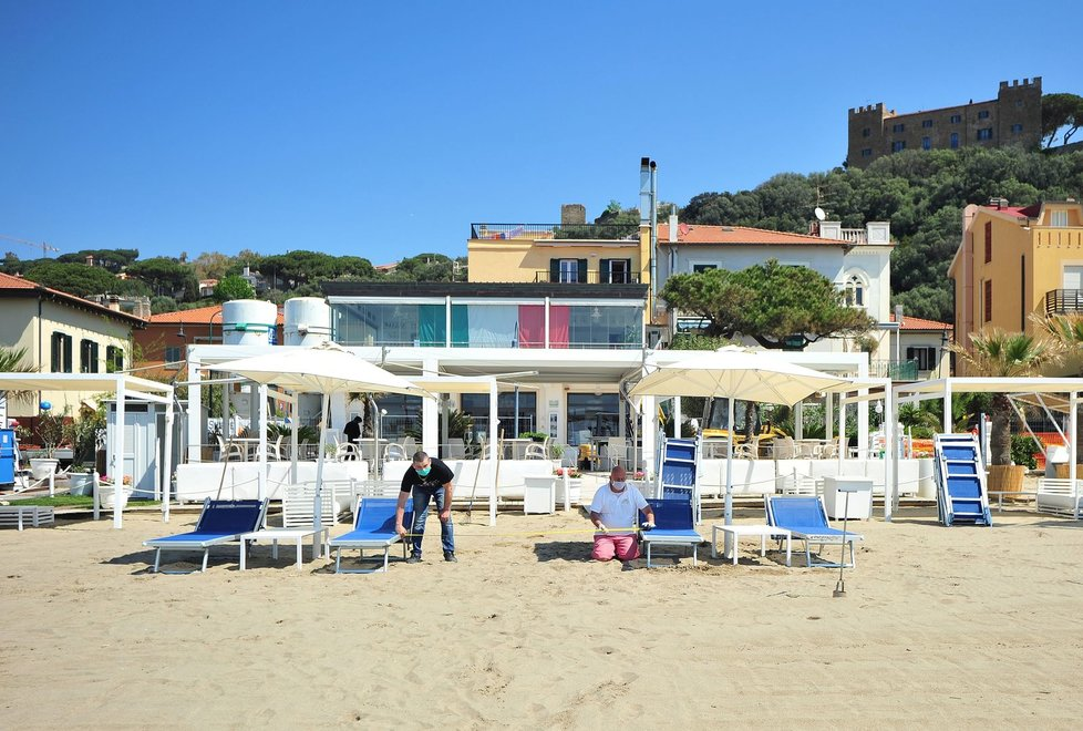 Italové se pečlivě připravují na letní sezónu, na pláží se budou dodržovat rozestupy.