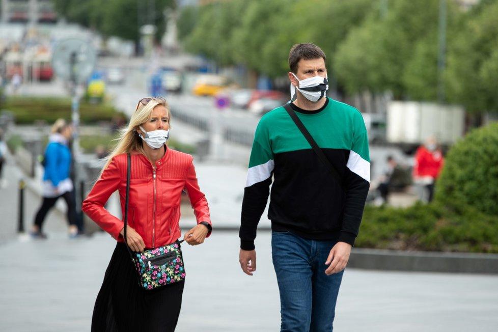 Češi budou nosit roušky zřejmě až do léta