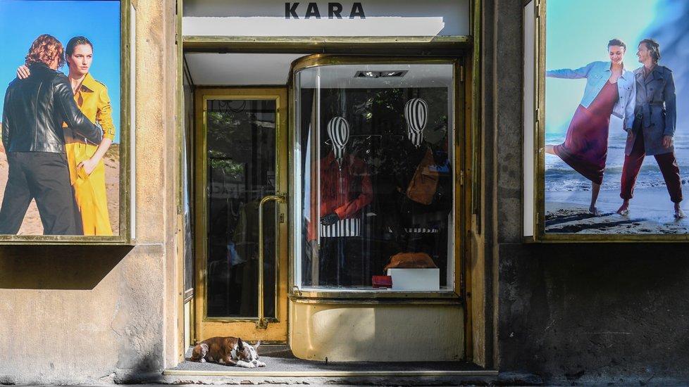 Uvolňování opatření v Česku: Otevřely se i některé obchody. Na snímku obchod s koženými oděvy Kara na Národní třídě v Praze (27.4.2020)