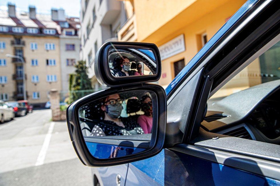 Začaly fungovat také autoškoly, řidička Veronika Klímová (19) vyrazila v Praze na jízdu se svou učitelkou Petrou Jelínkovou (45). (27. dubna 2020)