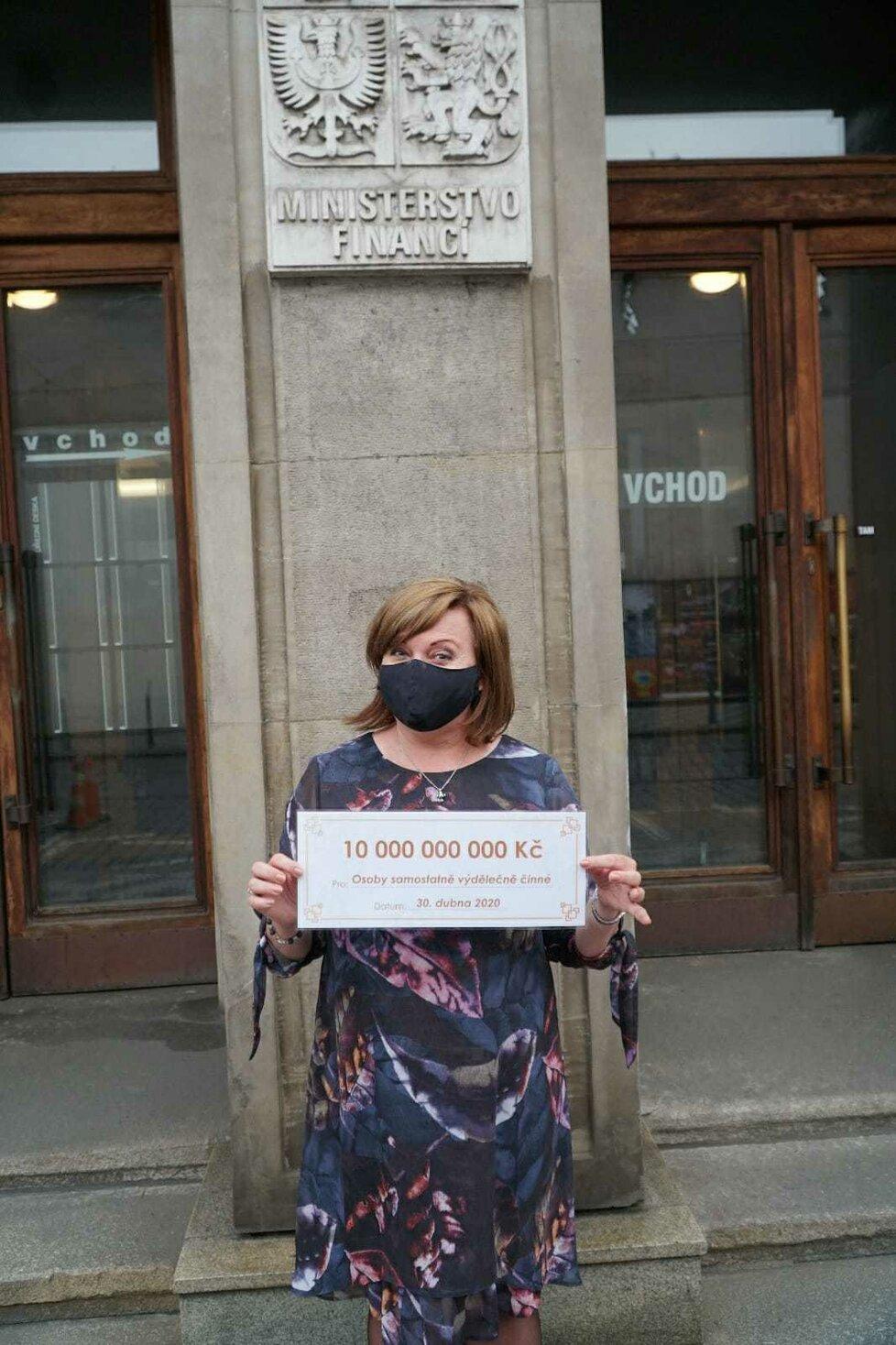Ministryně financí Alena Schillerová (ANO) s pomyslným šekem na 10 miliard korun pro OSVČ poškozené koronavirem (30.4.2020)