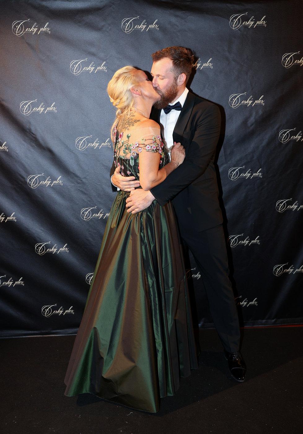 1. února - Vendula Pizingerová s manželem na Českém plese
