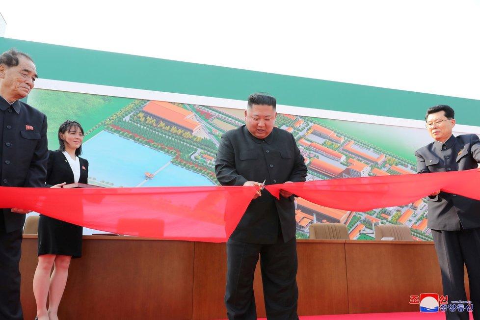 Vůdce KLDR Kim Čong-un je naživu! Zúčastnil se otevření továrny, oznámili Korejci