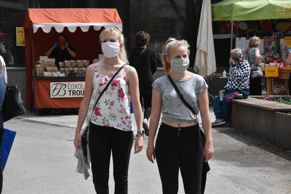 Češi a roušky: Kvůli pandemii si je lidé (povinně) zvykli nosit.