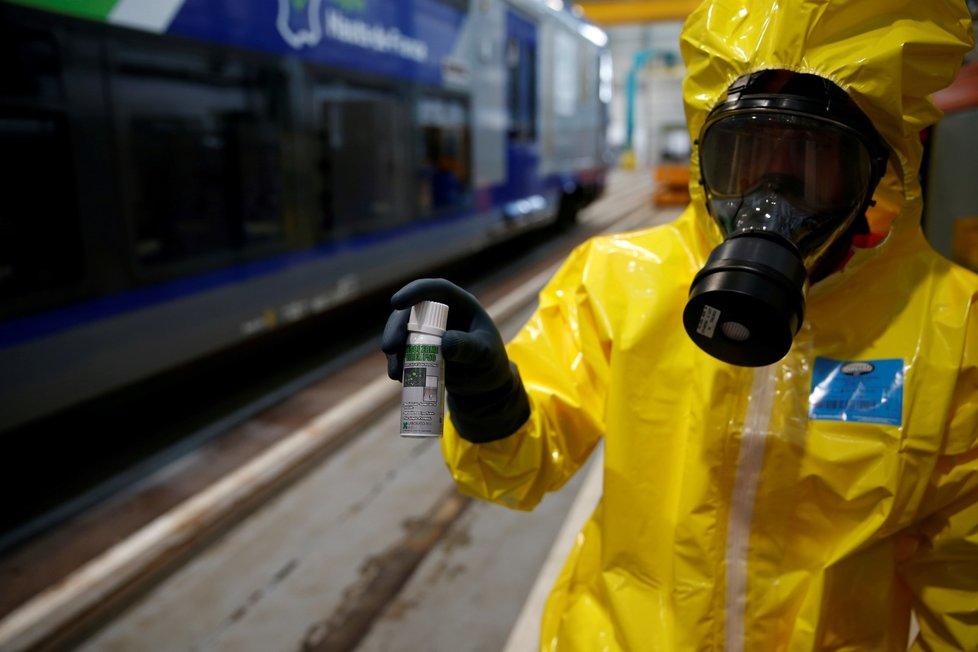 Dezinfekce vlaku ve francouzském Lille