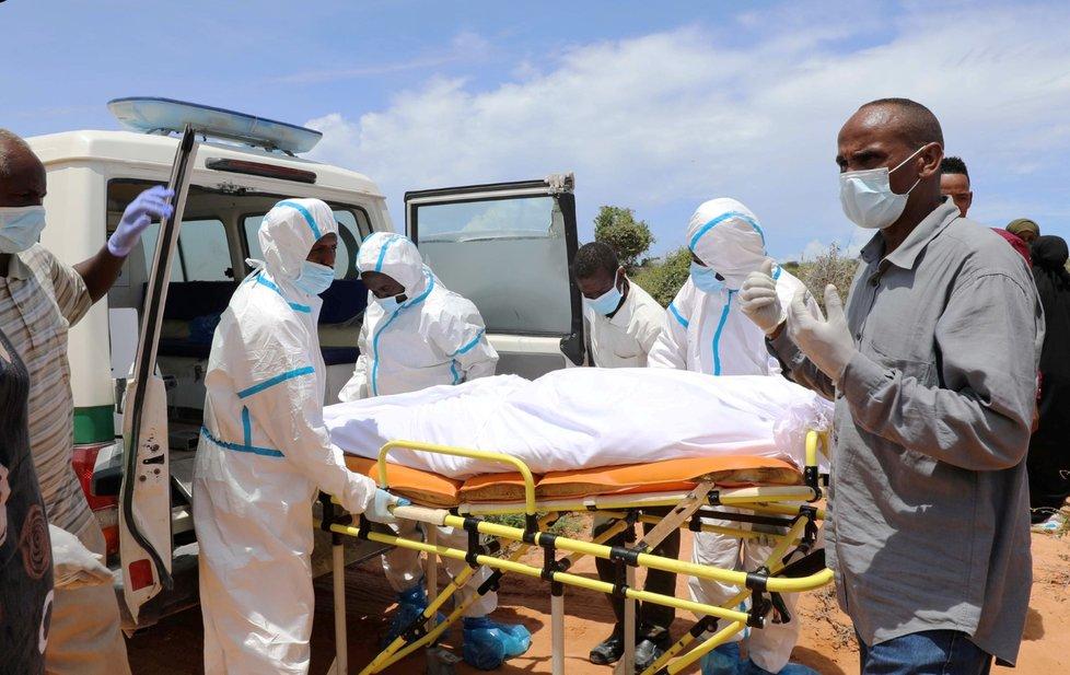 Pohřeb obětí koronaviru v Somálsku.