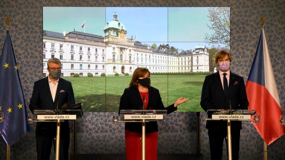 (zleva) Ministr dopravy, průmyslu a obchodu Karel Havlíček, ministryně financí Alena Schillerová (za ANO) a ministr zdravotnictví Adam Vojtěch (za ANO) na tiskové konferenci po jednání vlády (4.5.2020)
