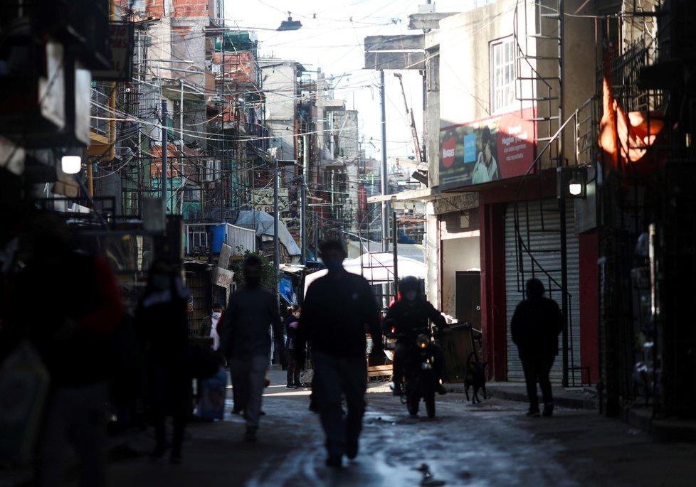 Koronavirus v Argentině: Ulice zejí prázdnotou, lidé pak nosí podobně jako na celém světě roušku, či jinou ochranu úst (5.5.2020)