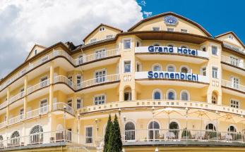 """Thajský král se svojí """"sexuální speciální jednotkou"""" dál """"bivakuje"""" v luxusním hotelu v jižním Německu."""