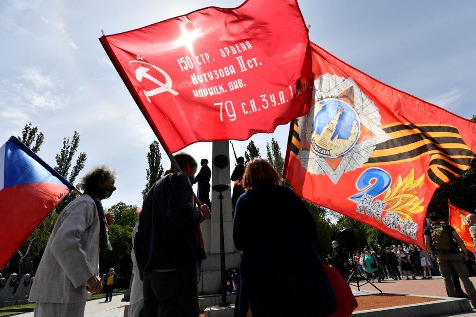 Čeští sympatizanti kontroverzního ruského motorkářského klubu Noční vlci uctili 8. srpna 2020 dnes na Olšanských hřbitovech v Praze památku sovětských vojáků padlých za druhé světové války.