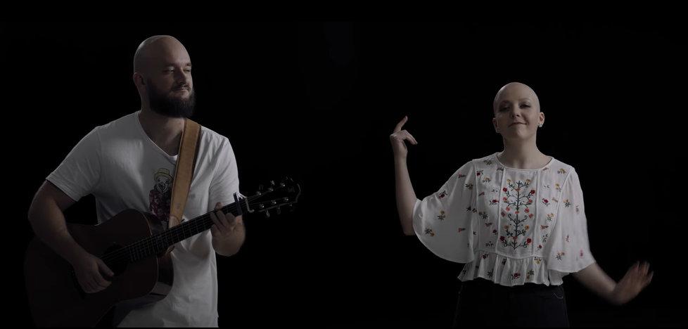 Anička Slováčková a Pokáč nazpívali duet s názvem I když jsme plešatý